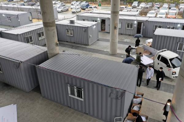 Container per ampliare i posti letto in Corea fuori da un ospedale di Daegu