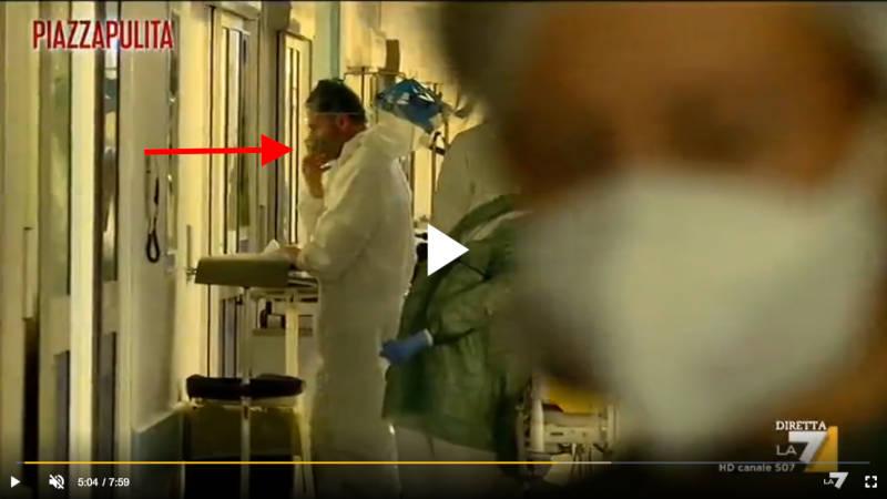 Operatore sanitario si toglie macherina